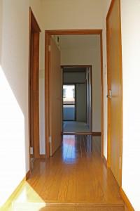 玄関から室内を望む