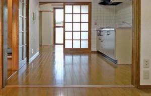 DKからフローリングにリニューアルされた6畳洋室を望む