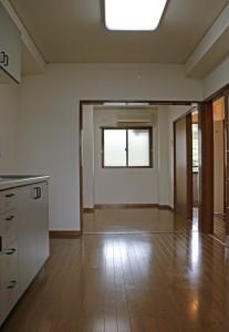 DKから4.5畳洋室と玄関を望む