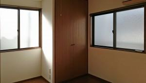 5畳の洋室は西側と通路側の窓で採光